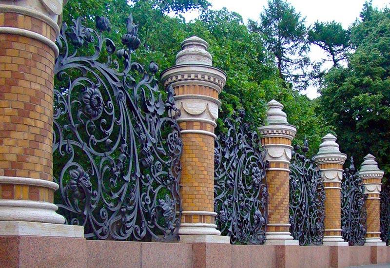 Красивые заборы для частных домов фото интересных изгородей