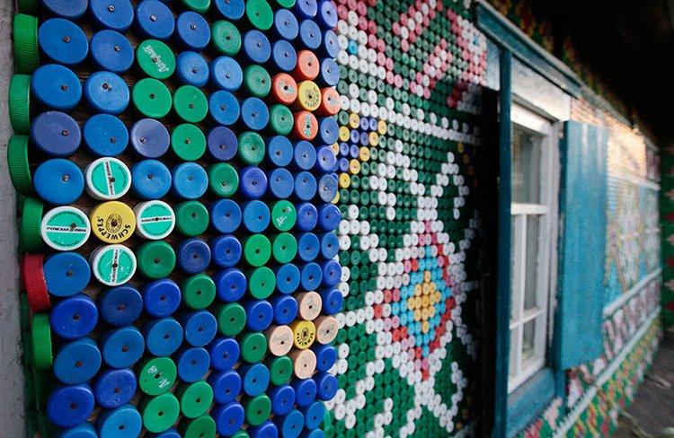 12.-Panno-ne-stene-doma-kreplenie Поделки из пластиковых бутылок (77 фото)