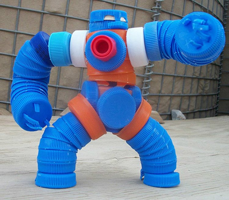19.Robot-iz-kryishek Поделки из пластиковых бутылок (77 фото)