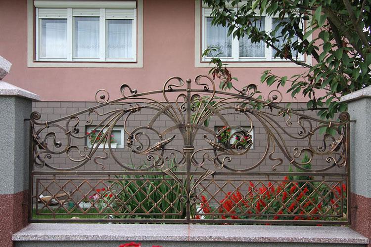 Лучшие заборы и ограждения для частного дома: фото интересных вариантов