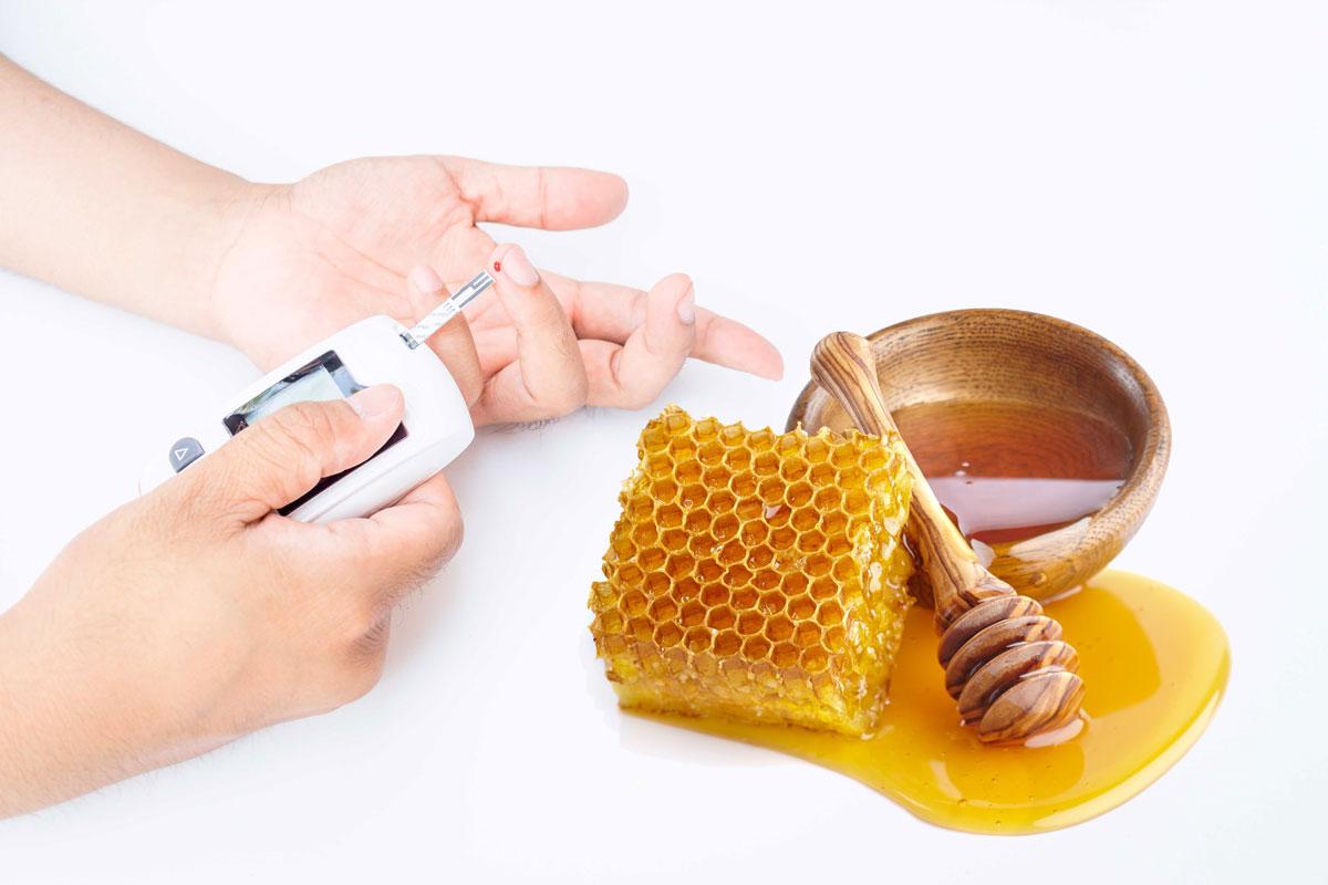 Есть ли сахар в меде, какой и сколько? Мед повышает сахар в крови или нет? Можно ли диабетикам, при повышенном сахаре есть мед?