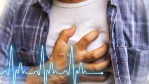 Рука на груди, болит сердце