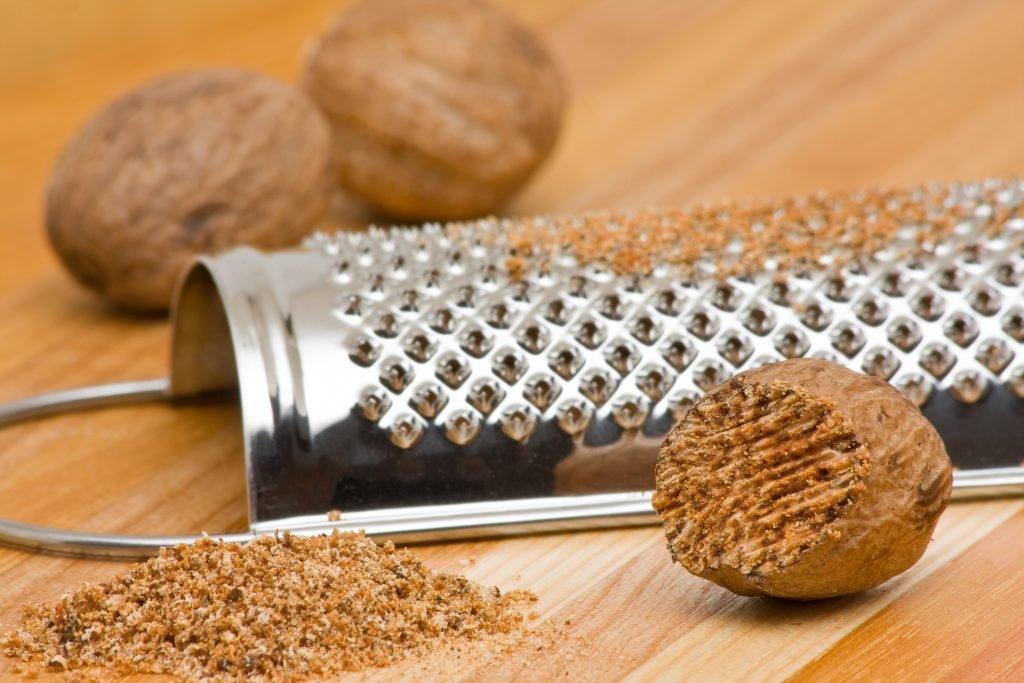 Молоть мускатный орех