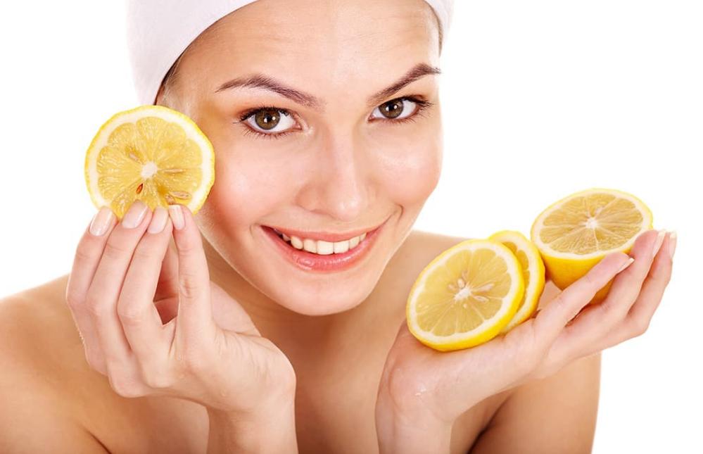 Протирать лицо лимонным соком с водой