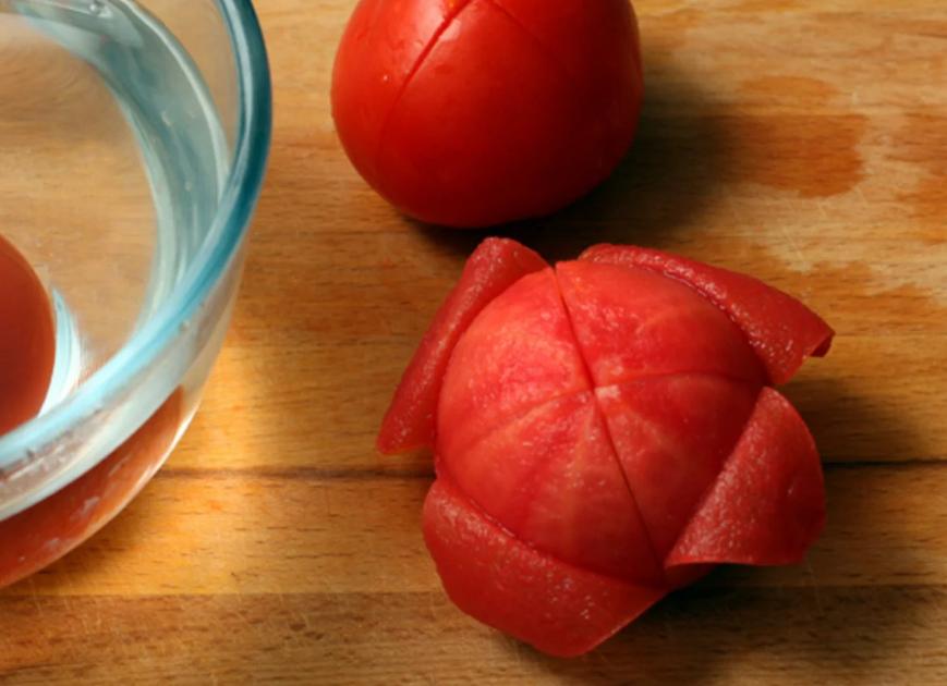 Шкурку  помидоров следует счищать