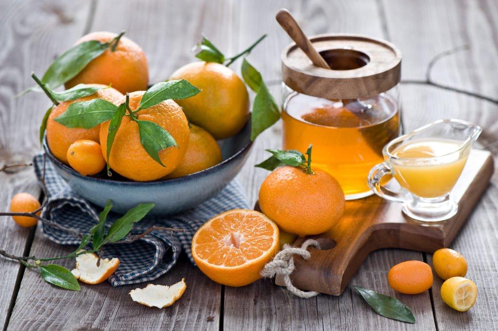 Мед, сок лимона и апельсин