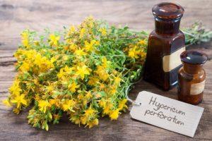 флаконы, растение с желтыми мелкими цветами и зелеными листьями, стол, надпись