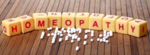 белые таблетки, кубики с буквами