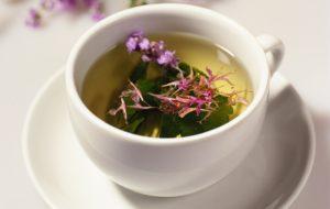 кружка, чай, зеленые листья, цветы фиолетового цвета