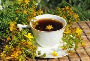 кружка, блюдце, чай, желтые цветы с зелеными листьями