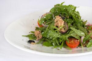 Салат, овощи, тарелка