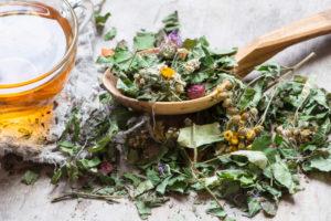 сухие травы, ложка, стакан с отваром