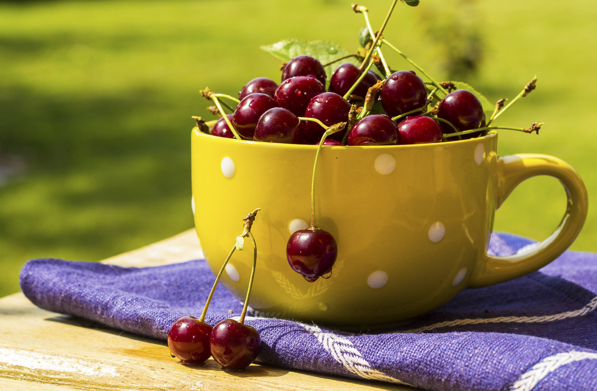 Чашка, вишни, салфетка