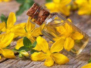 стол, желтые цветы, флакон с маслом