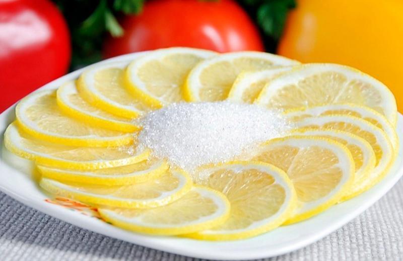 Нарезанный лимон с сахаром
