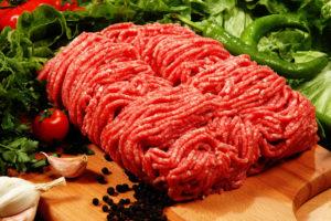мясной фарш на доске