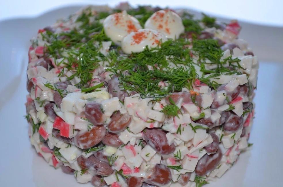 Салат из красной фасоли и крабовых палочек