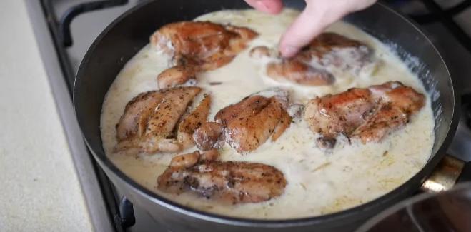 К полученному соусу положить курицу