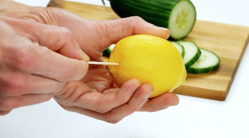 Проткнуть кожуру лимона зубочисткой