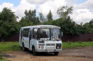 старенький автобус в селе