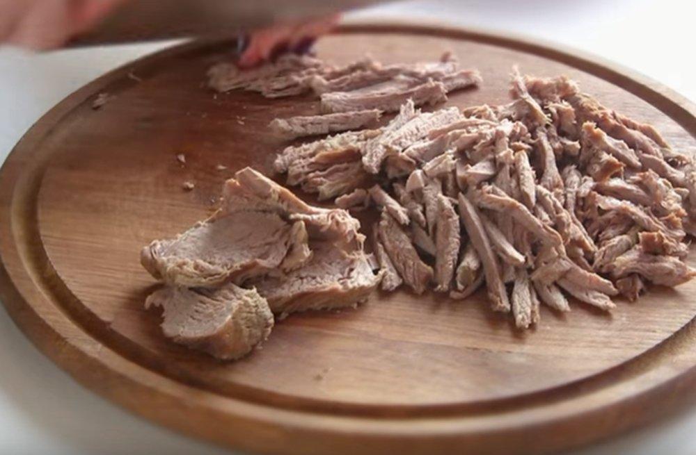 Отварное мясо нарезаем соломкой