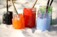 банки, краски, кисточки, снег