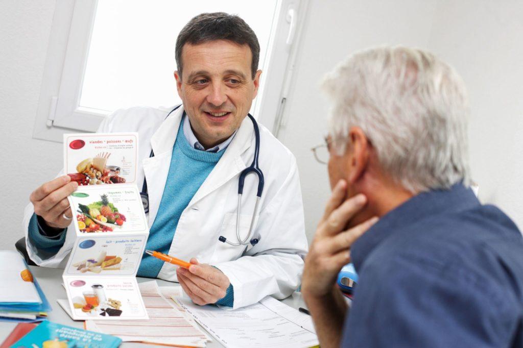 Врач назначает пациенту особую диету
