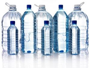 бутылки с чистой водой