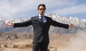 мужчина с раскинутыми руками в горах