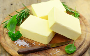 масло с зеленью и солью на доске