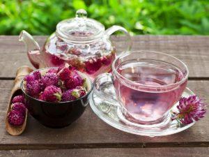 чайник, розовые цветы, чашка, блюдце, стол, трава