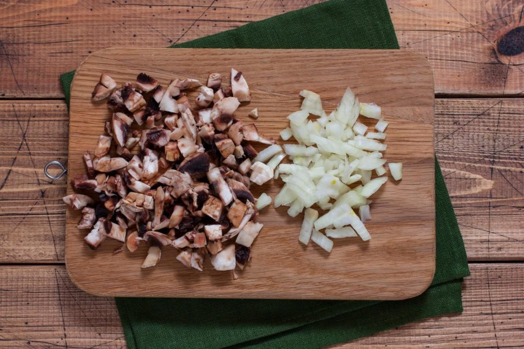 Мелко нарезанные грибы и лук