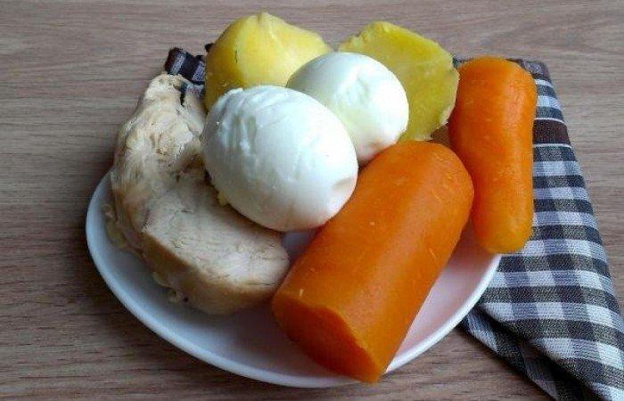 Куриная грудка, морковь и картофель отварить