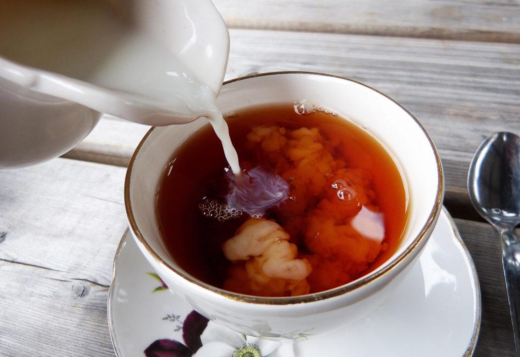 травяной чай с добавлением молока
