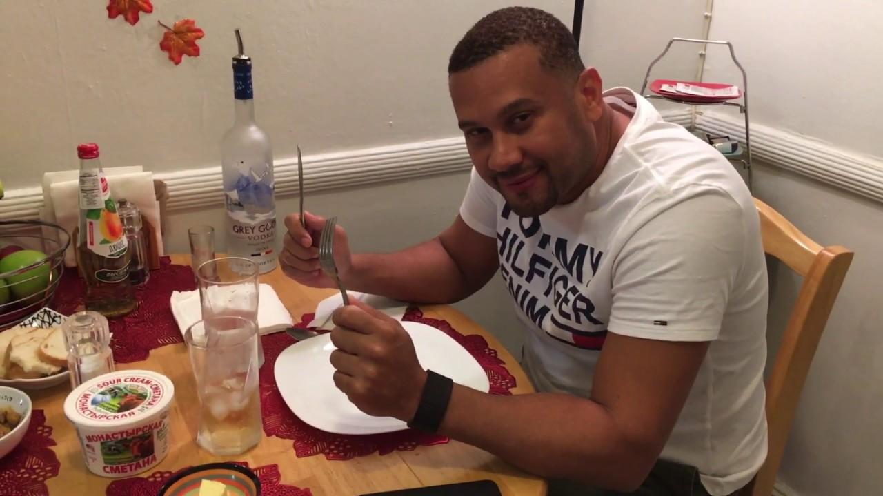 Иностранец пробует русскую еду на новый год