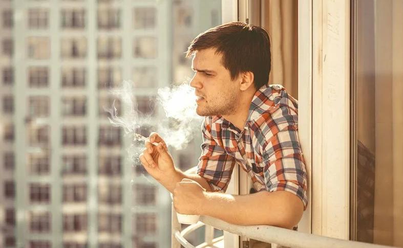 Сосед любит курить на балконе