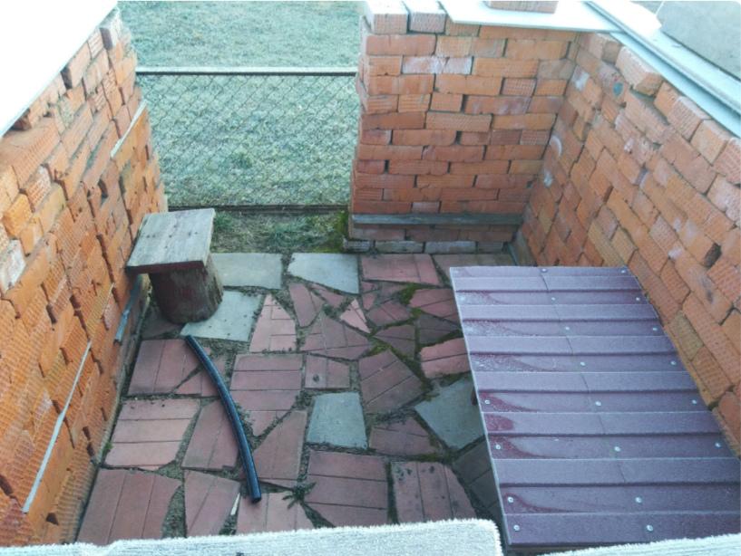 Стены мангала выложили кирпичом