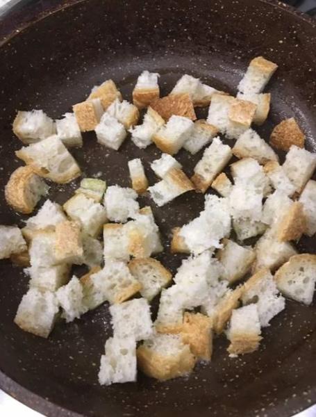 Хлеб нарезаем на мелкие кусочки