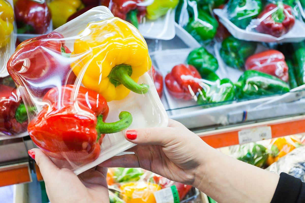 Овощи, упакованные в пищевую пленку