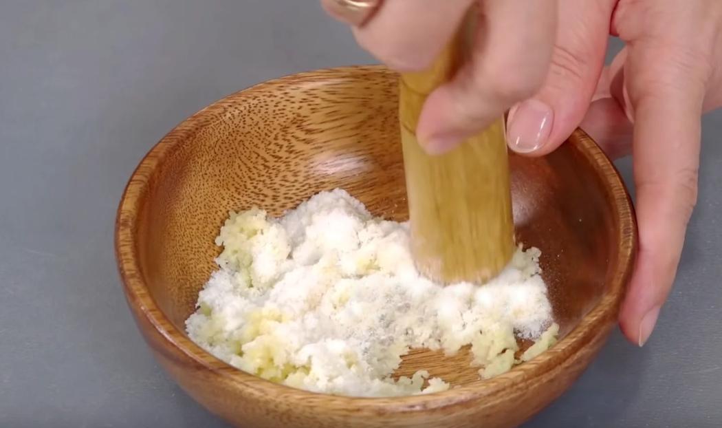 Соль размять с чесноком
