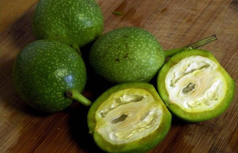 Зелёных орех раскрытый